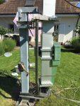 Teleskopturm drehbar im Garten montiert.